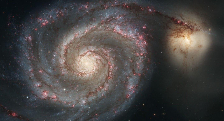 Одна галактика поглощает другую