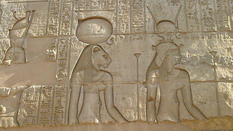 Барельеф, изображающий Изиду (справа) и Сехмет (слева)